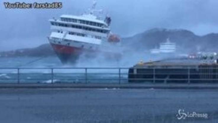 Norvegia, vento forte manda la nave contro il molo
