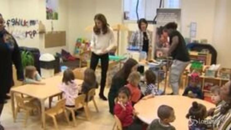 Kate Middleton serve la colazione ai bimbi di un asilo di Londra
