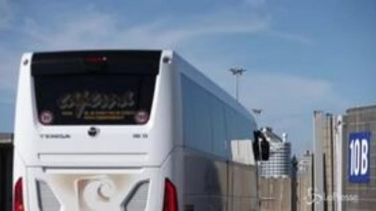 Coronavirus, nave da crociera bloccata a Civitavecchia: l'arrivo dei pullman per il trasferimento