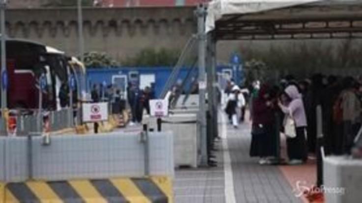 """Coronavirus, Civitavecchia: lo sbarco dei passeggeri dalla nave: """"E' stata dura aspettare senza avere notizie"""""""