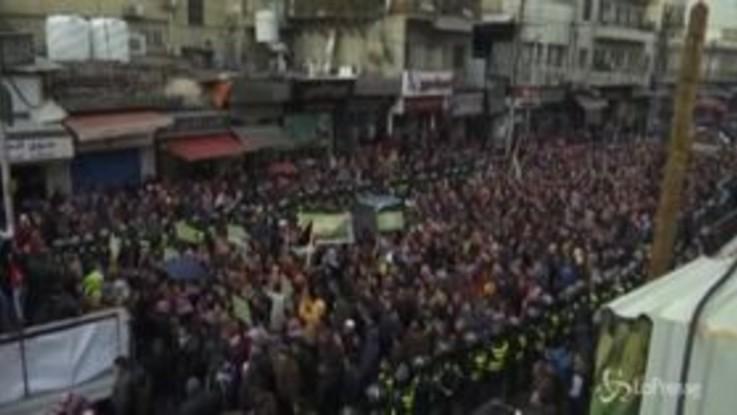 Migliaia di palestinesi in marcia contro il piano di pace di Trump