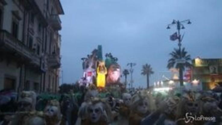 Carnevale: a Viareggio la prima sfilata, carri allegorici con Greta Thunberg e Cristiano Ronaldo
