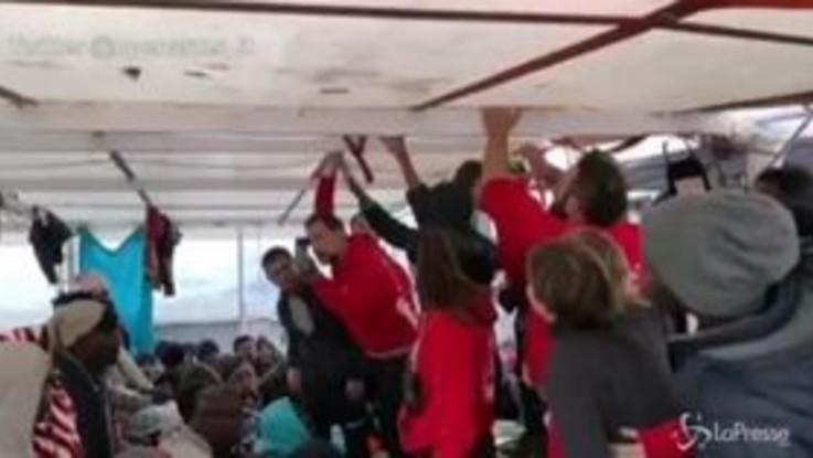 Migranti, sbarco a Pozzallo della Open Arms: la gioia a bordo della nave