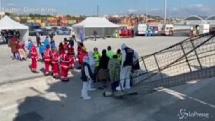 Migranti, lo sbarco delle persone a bordo della Open Arms