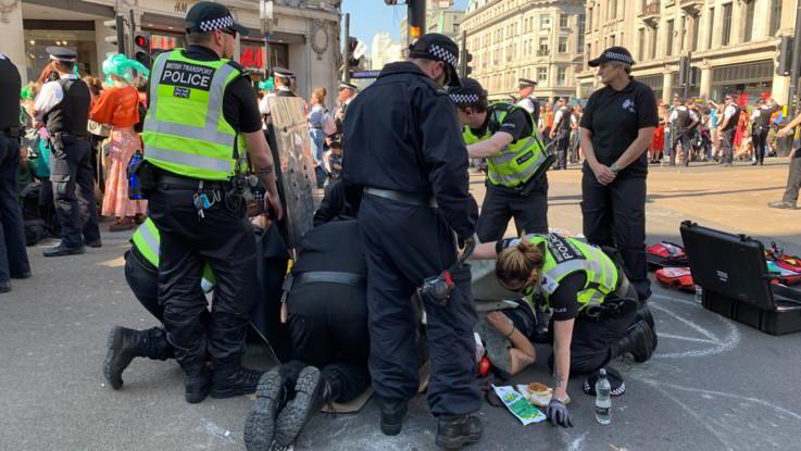 Londra, uomo accoltella passanti: ucciso dalla polizia