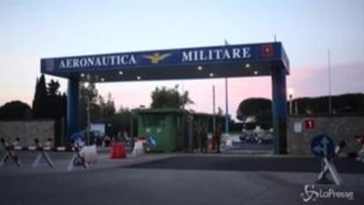 """Coronavirus, atterrati a Pratica di Mare i 56 italiani partiti da Wuhan: """"Stanno bene"""""""