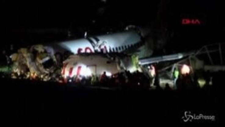 Istanbul, aereo esce di pista e si spezza: un morto e 150 feriti
