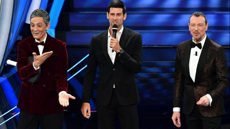 Sanremo, la seconda serata. Fiorello si veste da De Filippi e palleggia con Djokovic