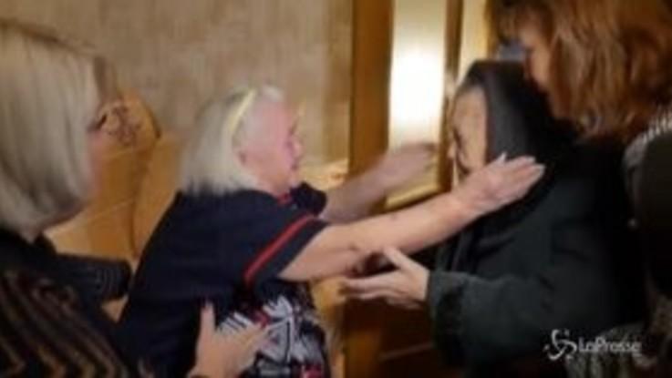 Russia: sorelle 90enni si riabbracciano dopo 78 anni, impossibile trattenere le lacrime