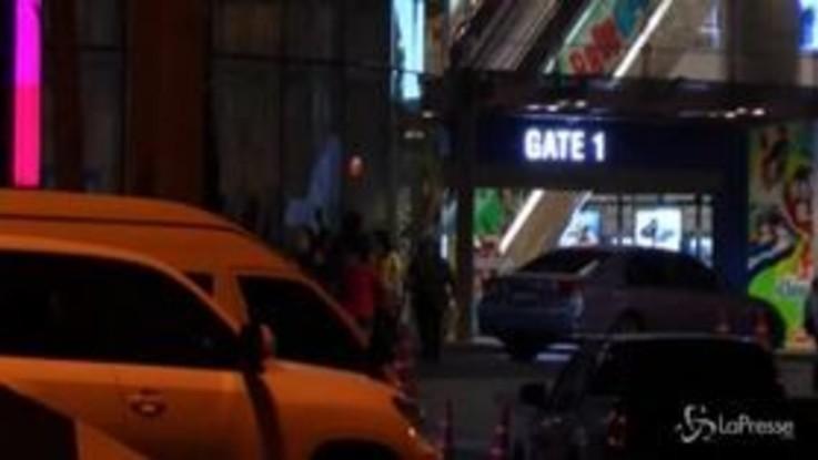 Thailandia, strage al centro commerciale: la gente terrorizzata in fuga
