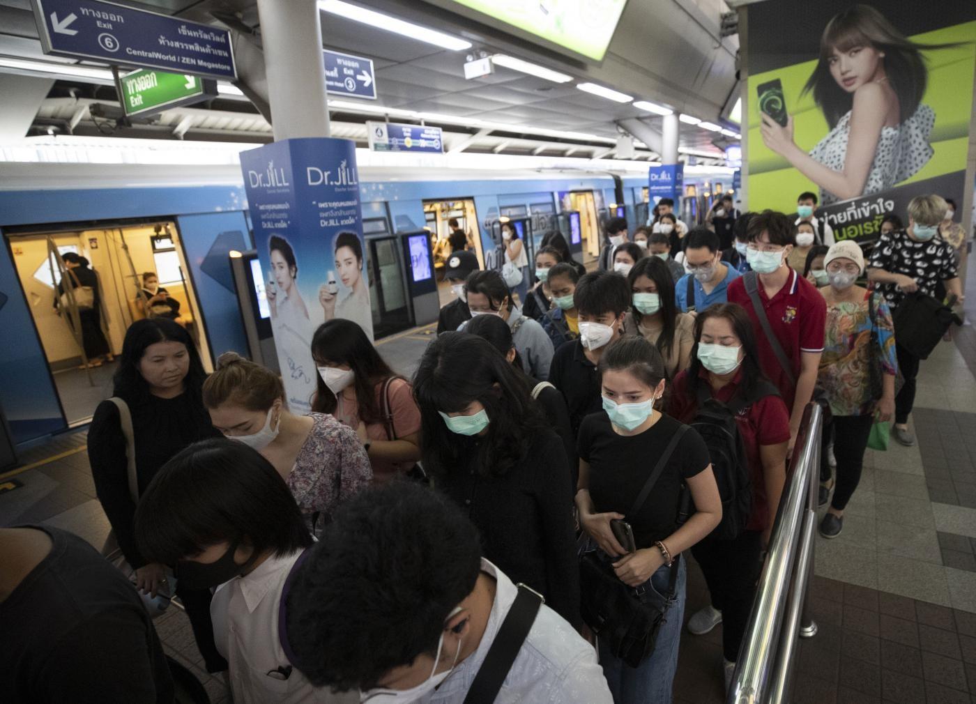 Coronavirus, altri 8 italiani tornati da Wuhan: il 17enne di nuovo bloccato da febbre