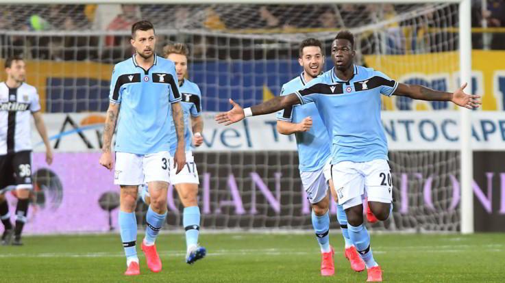 Serie A, la Lazio vince a Parma e tallona la Juve