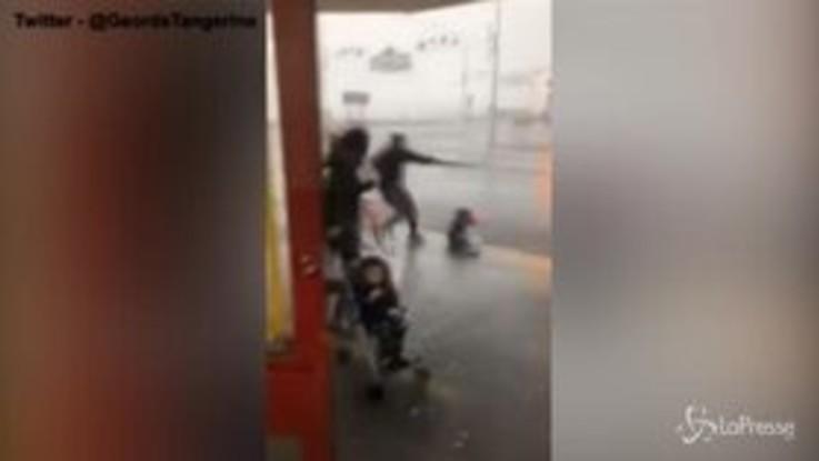 Gran Bretagna: tempesta Ciara spazza via un bambino, le immagini shock