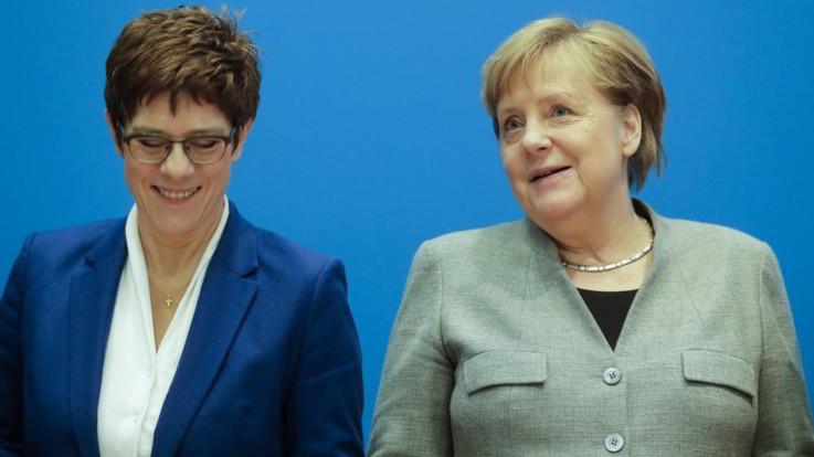 Germania, l'erede di Angela Merkel non si candida alle elezioni e lascia la guida della Cdu