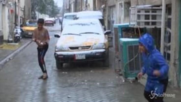 Iraq: neve a Bagdad dopo 10 anni, la gioia dei bambini per strada