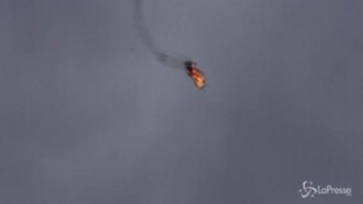 Siria, le impressionanti immagini dell'elicottero di Damasco abbattuto a Idlib
