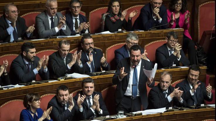 Gregoretti, da Senato ok a processo Salvini. Il leader: Non sono criminale, volete una cavia? Eccomi