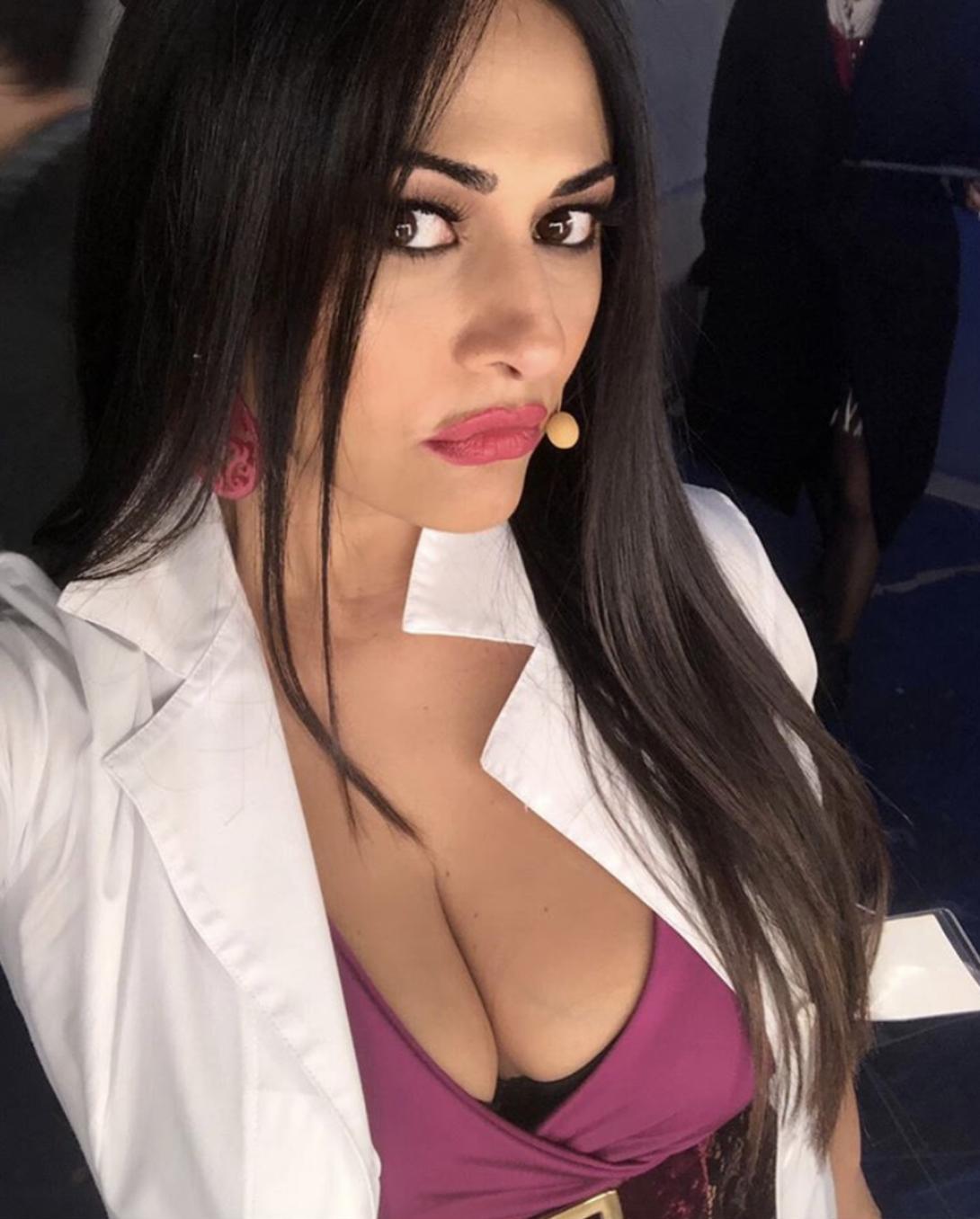 Maria Mazza, sui social tanti post, tanto seno ma nessuna fantasia: il selfie è sempre uguale