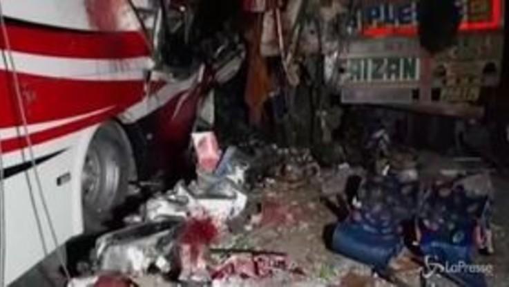India, scontro tra autobus e camion: almeno 14 morti