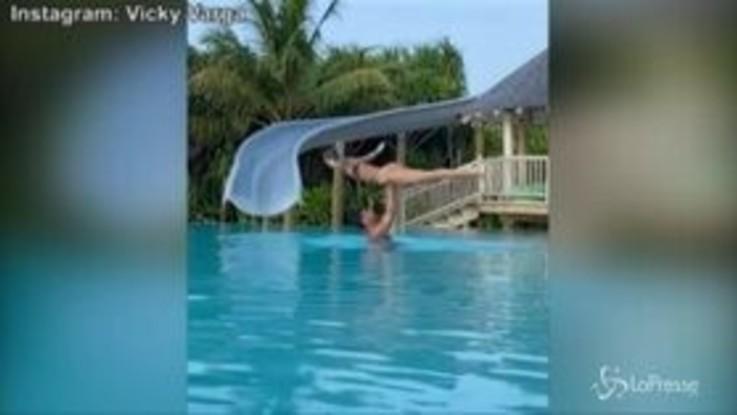"""Effusioni e presa acrobatica in piscina, Vicky Varga e Graziano Pellè bollenti come in """"Dirty Dancing"""""""