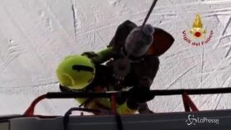 Snowborder bloccato su strapiombo, salvataggio ad alta tensione dei vigili del fuoco