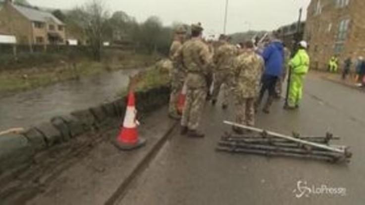 Regno Unito colpito da tempesta Dennis: 2 morti e centinaia di voli cancellati