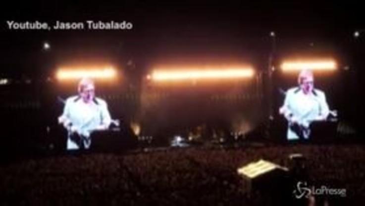 Elton John perde la voce in concerto e scoppia a piangere
