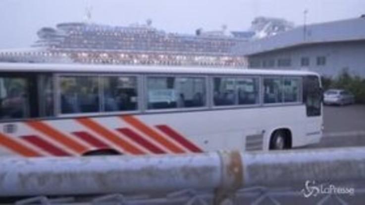 Coronavirus, bus vanno a recuperare gli americani a bordo della Diamond Princess