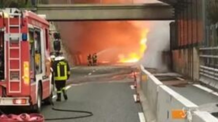 Camion in fiamme sull'A10, inferno di fuoco tra Varazze e Arenzano