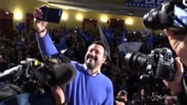 Salvini a Napoli: ingresso da star al teatro Augusteo con cori, striscioni e bandiere