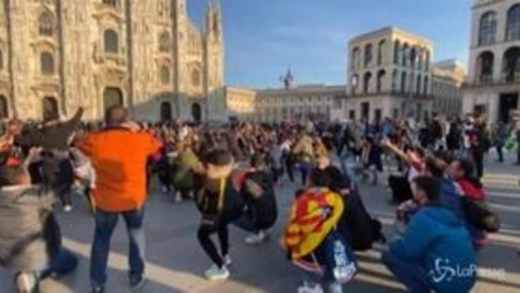 Champions League, ultras del Valencia invadono Milano: cori e fumogeni in Piazza Duomo