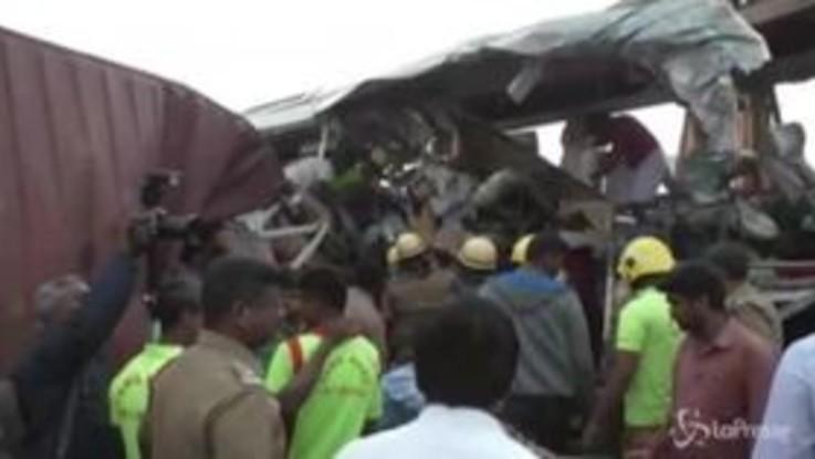 India, scontro tra bus e camion: almeno 20 morti