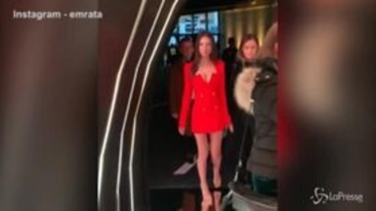 Emily bomba sexy in rosso per Versace