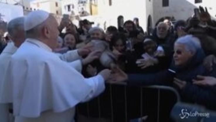 Il coronavirus non ferma il Papa, a Bari incontra i fedeli
