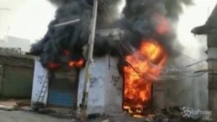 India, scontri tra induisti e musulmani: almeno 20 morti