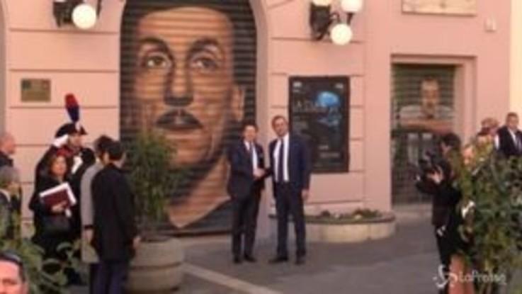 Conte a Napoli, stretta di mano con de Magistris e foto davanti al murales di Eduardo