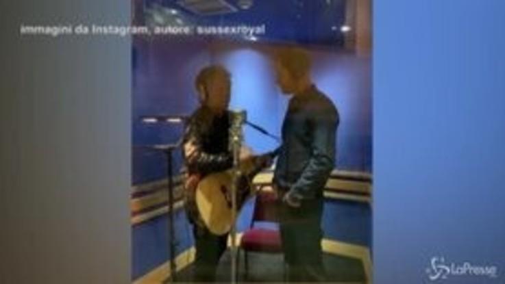 Duetto musicale tra Bon Jovi e Harry, i video diventano subito virali