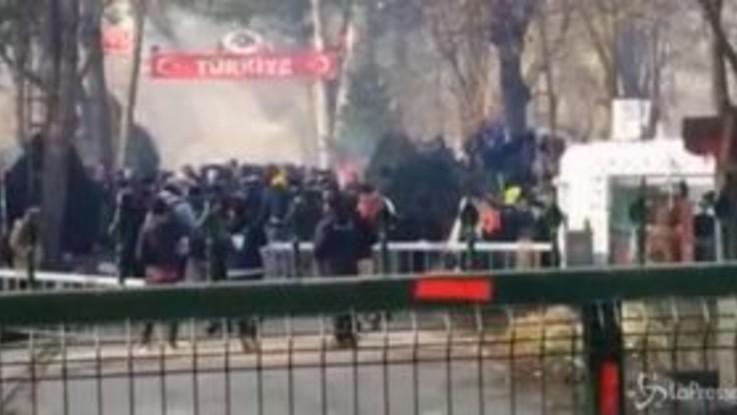 Grecia, scontri tra polizia e migranti al confine turco