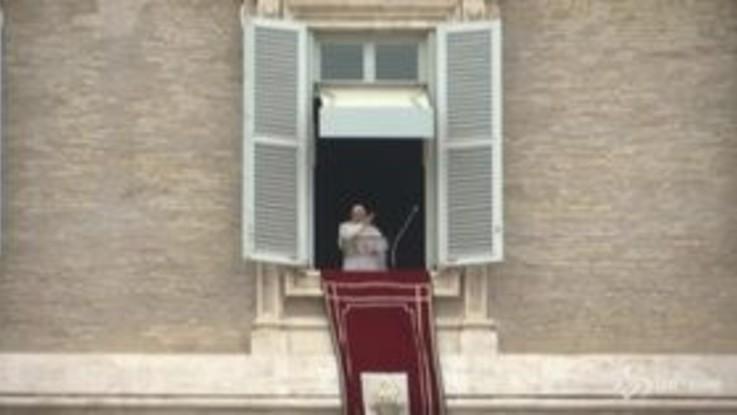 """Papa Francesco tossisce durante l'Angelus: """"Devo stare in casa"""""""