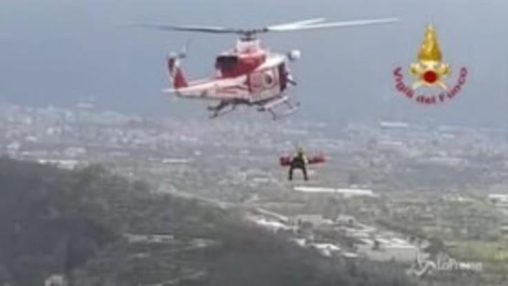 Salerno, precipita in un dirupo: il salvataggio con l'elicottero dei vigili del fuoco