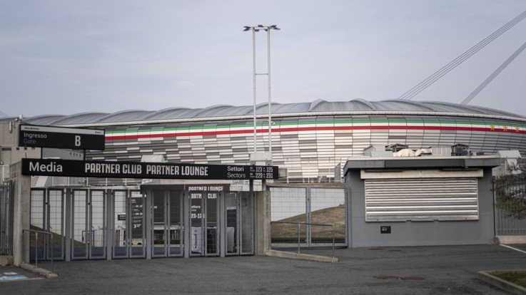 Coronavirus, Juve-Milan rinviata. Stadi chiusi al pubblico per un mese