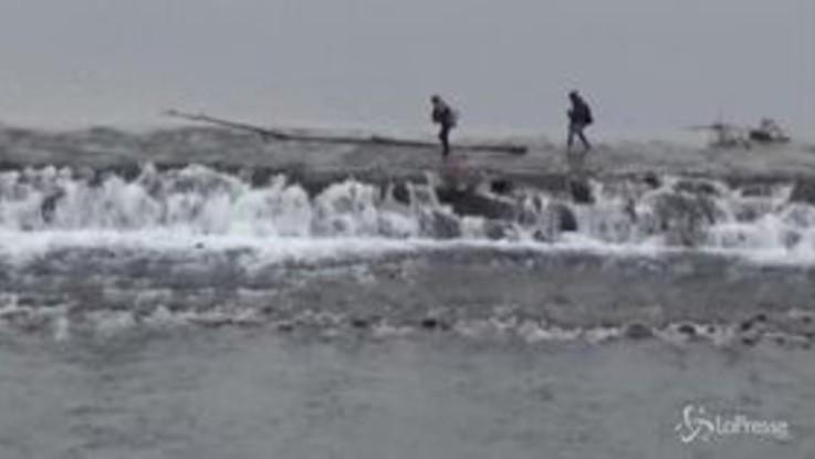 Grecia-Turchia, i migranti attraversano il confine guadando il fiume Evros