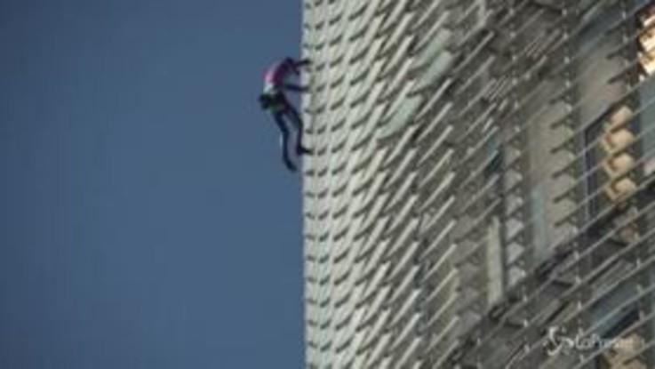 Barcellona, lo 'Spiderman' francese scala a mani nude i 144 metri della Torre Agbar