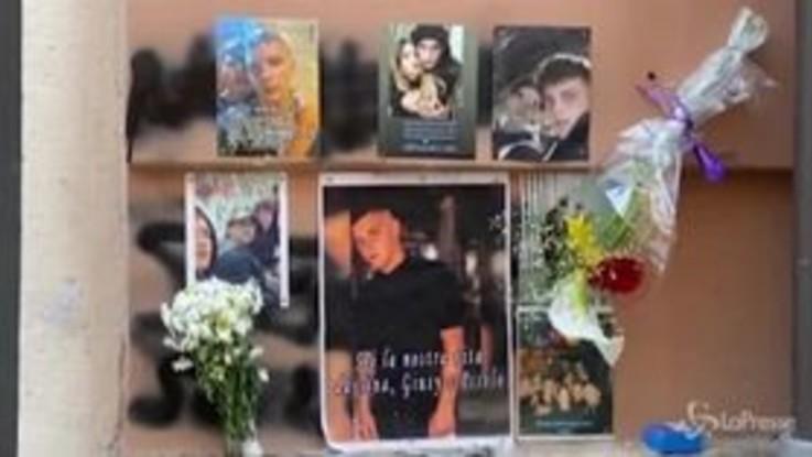 Napoli, fiori degli amici per il 15enne ucciso da un carabiniere