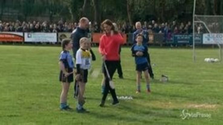 Kate e William a Galway: la duchessa alle prese con l'hurling, sport tradizionale irlandese