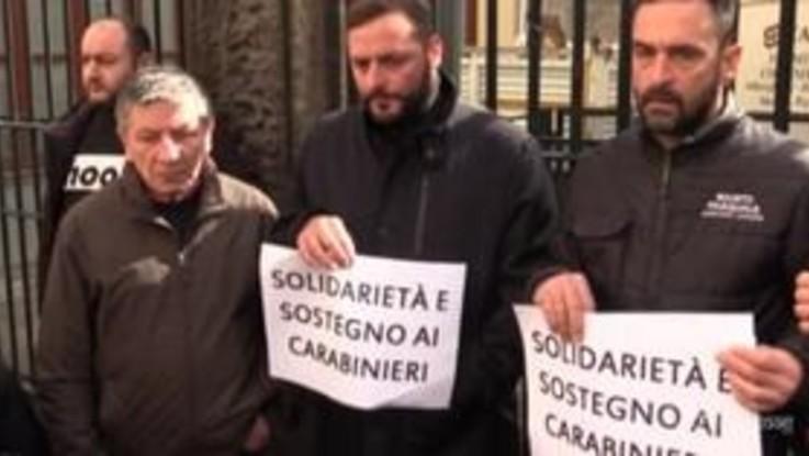 15enne ucciso, il papà al flash mob per i carabinieri: Mio figlio ha sbagliato e ha pagato caro