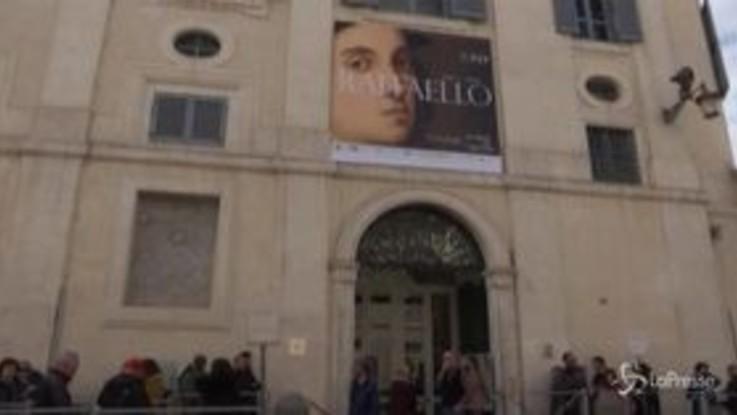 Roma, il coronavirus non ferma i visitatori della mostra di Raffaello