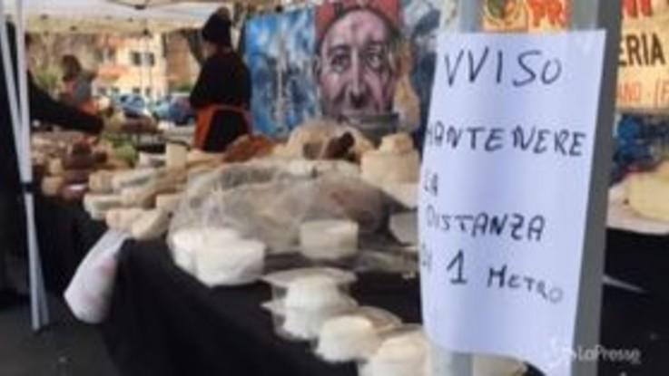 Roma, al mercato distanza di sicurezza per il coronavirus