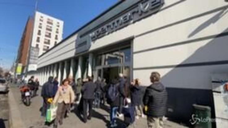 Coronavirus , a Milano file e ingressi contingentati nei supermercati