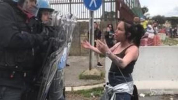 Carcerati in rivolta a Rebibbia, i familiari bloccano la via Tiburtina